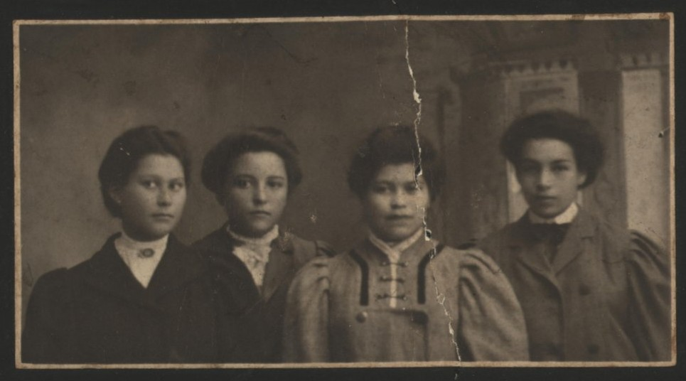 A group of students heading to Brantford Collegiate Institute, 1908. Courtesy the Six Nations Public Library.